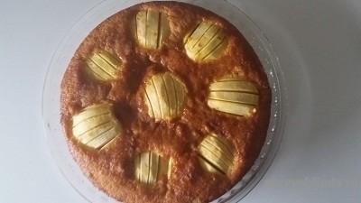 яблочный пирог на блюде