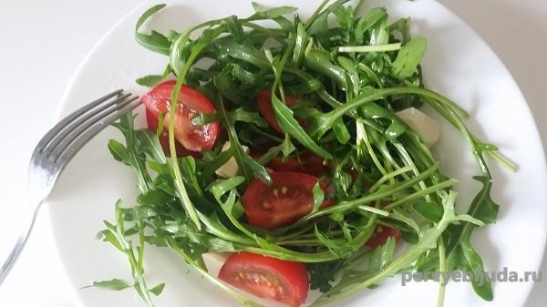 салат из рукколы и помидор черри