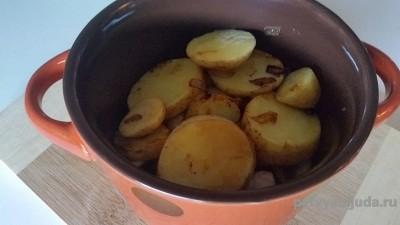 слой картошки в горшочке