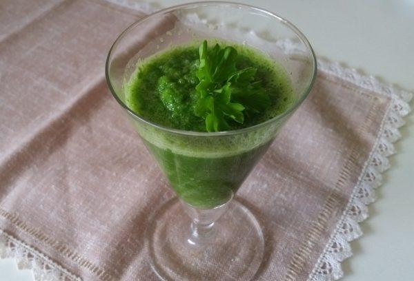 зеленый смузи с сельдереем