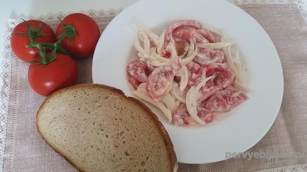 Салат из помидоров со сметаной и луком