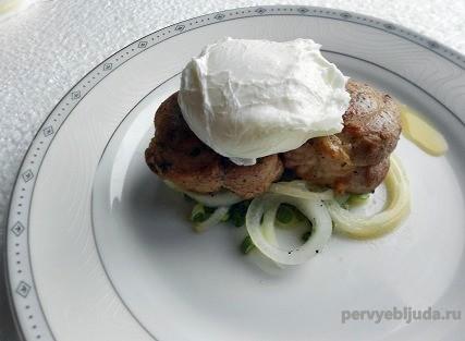 вкусный завтрак свинина с яйцом