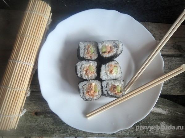 Роллы с копченым лососем, сыром и огурцом