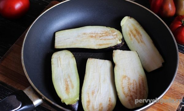 баклажаны в сковороде