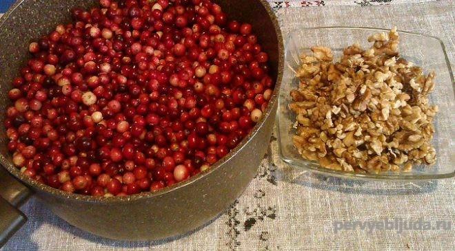 ягоды клюквы с орехами