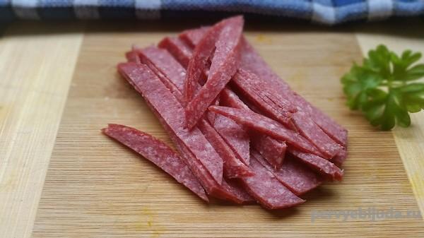 нарезанная колбаса салями