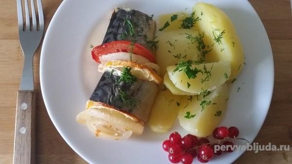 Скумбрия в духовке в фольге с лимоном, помидором и луком