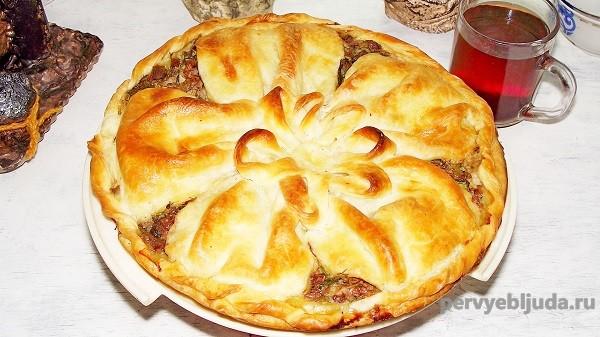 слоеный пирог с куриной печенью