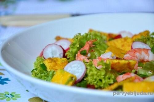 салат с креветками и омлетом