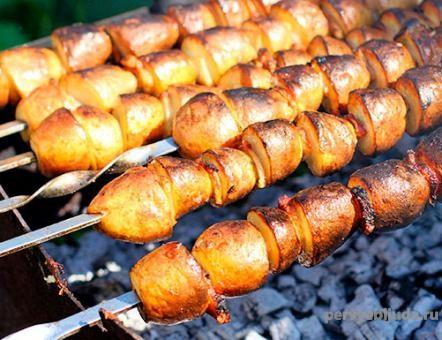 картофель половинками на мангале