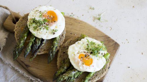 бутерброды с яичницей и спаржей