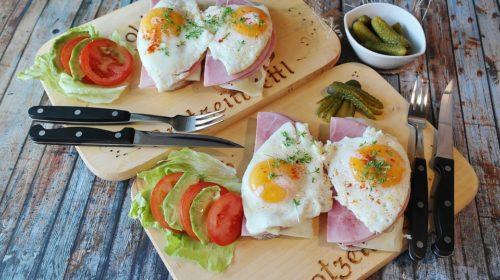 бутерброды с яичницей и ветчиной