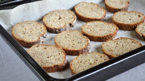 кусочки хлеба на противене