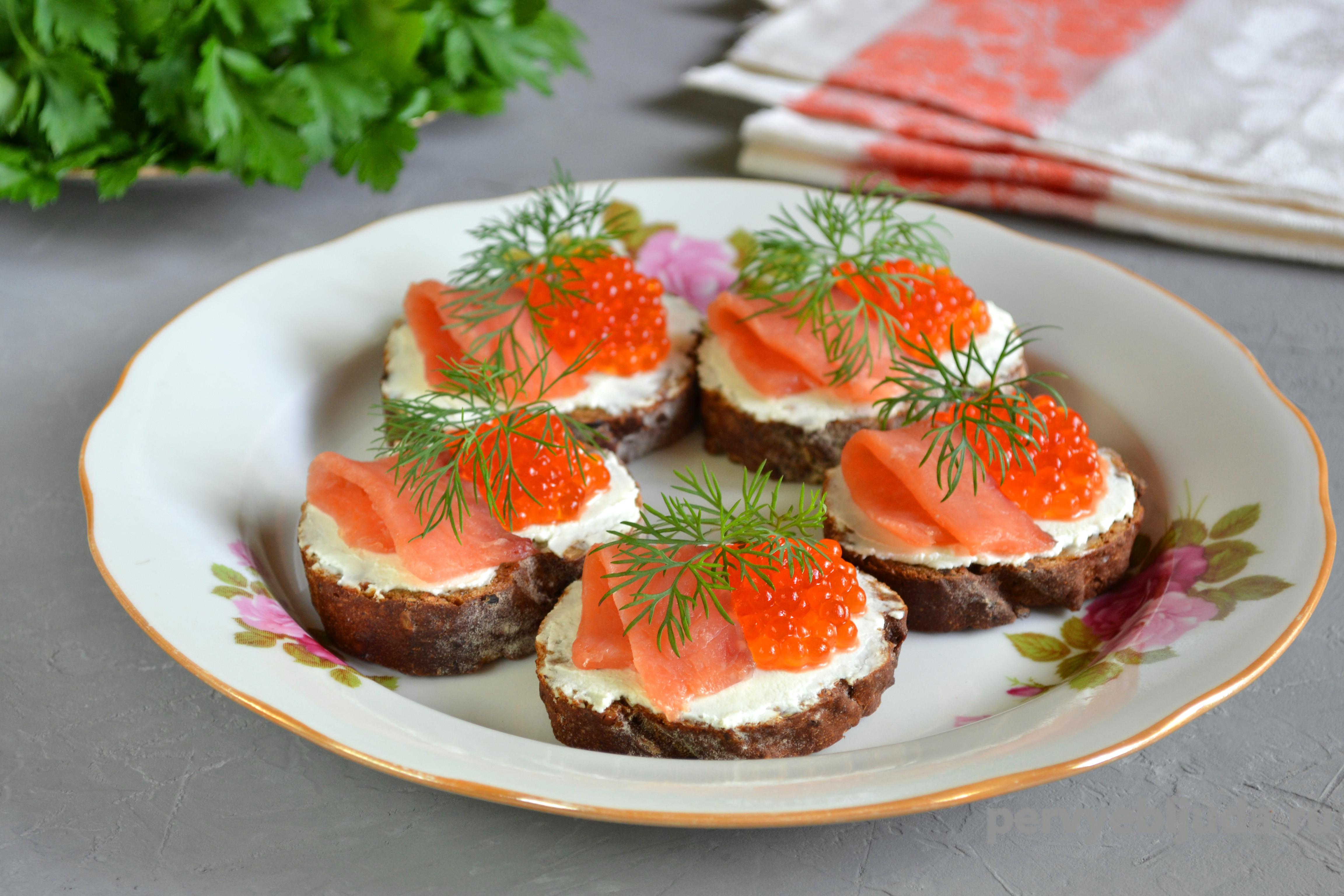 оформление бутербродов с красной икрой