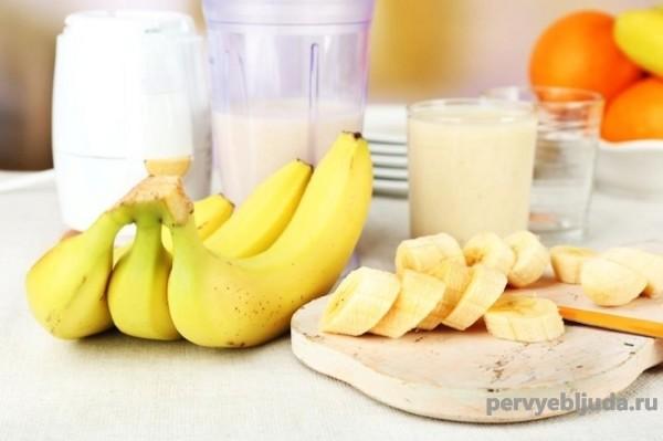 молочный коктейль с бананом и молоком