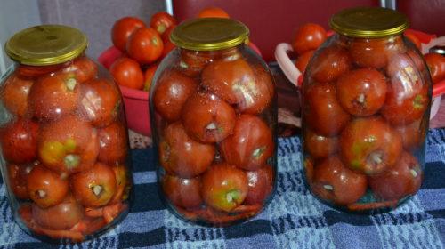 маринованные помидоры с чесноком внутри