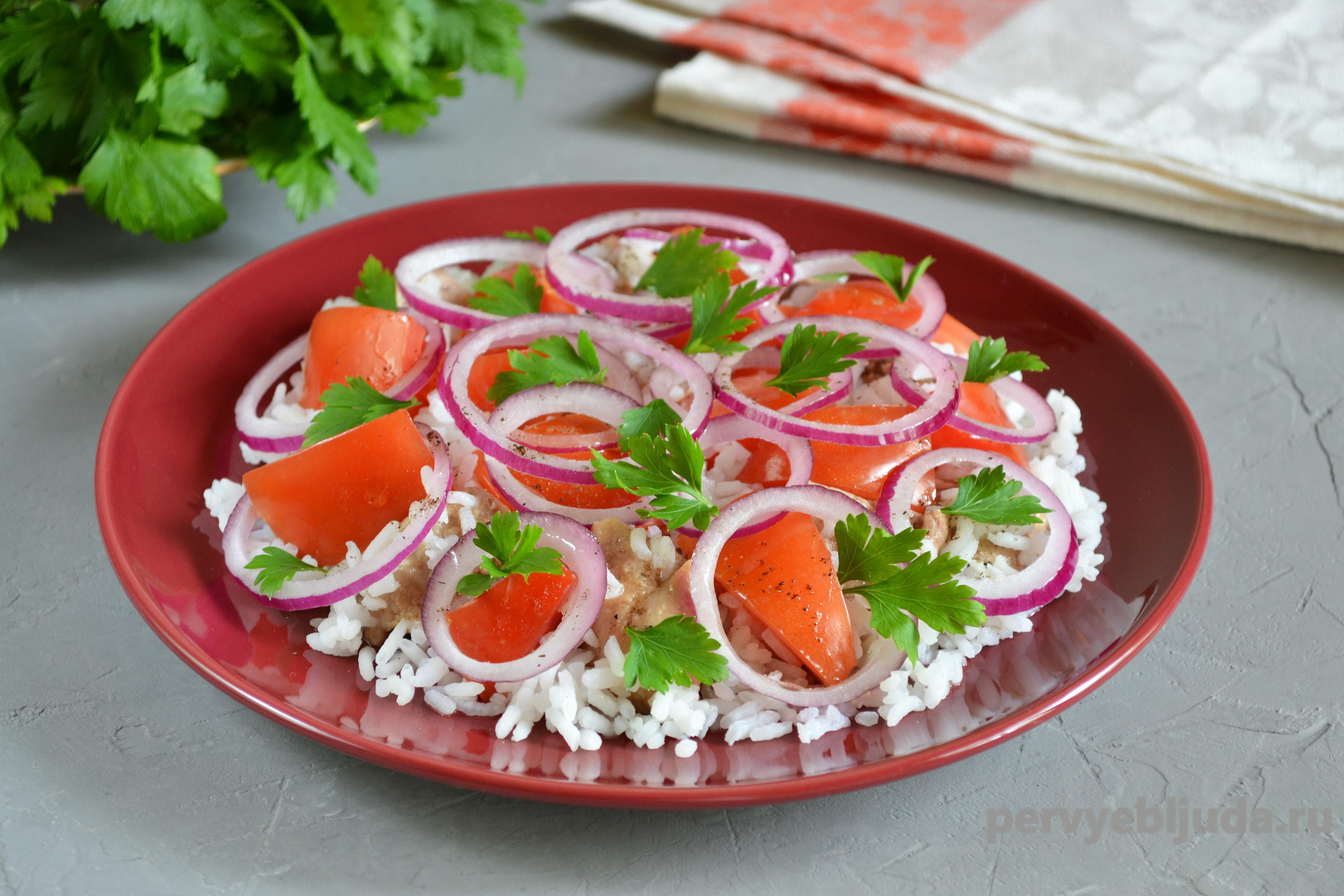 Салат из печени трески с рисом, помидором и луком