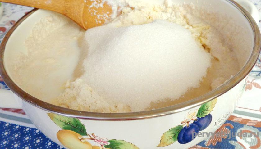 добавляем сахар в опару