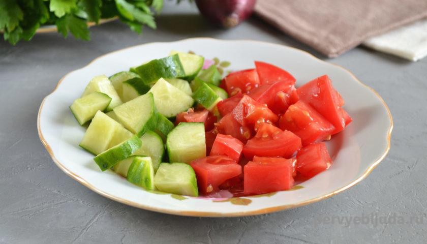 свежие огурцы и помидоры кусочками