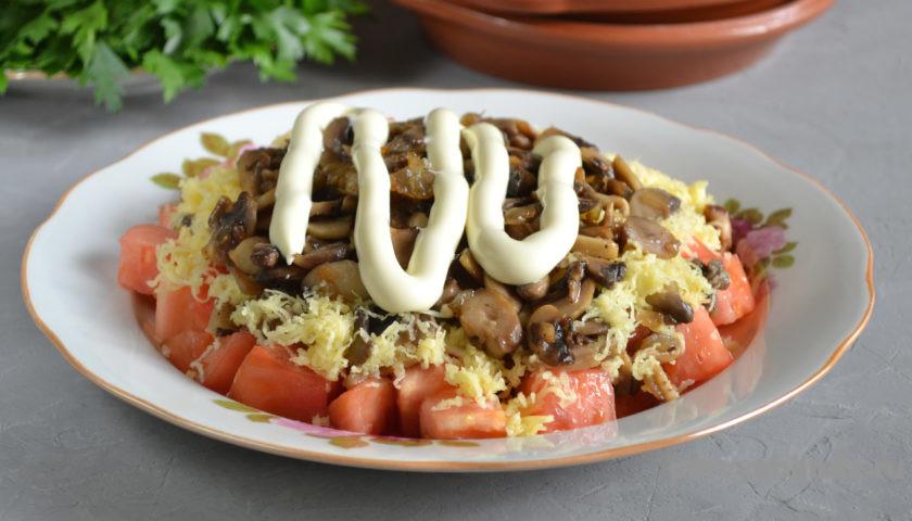 грибы с помидорами и сыром, политые майонезом