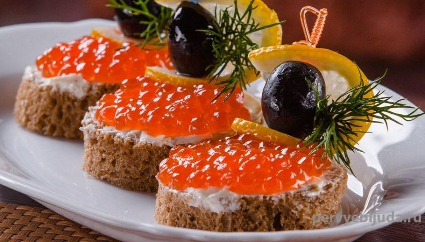 бутерброды с красной икрой лимоном и маслинами
