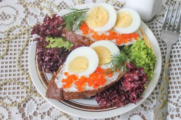 бутерброды с яйцом и икрой