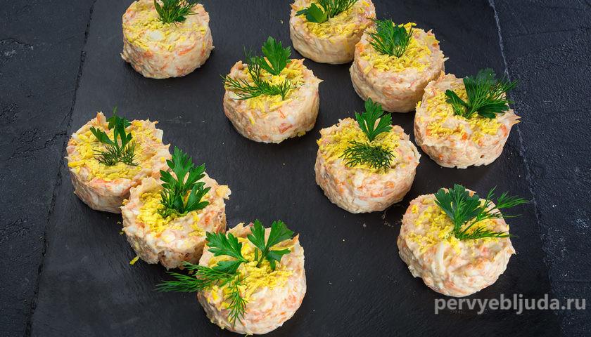 порционный салат из горбуши мимоза