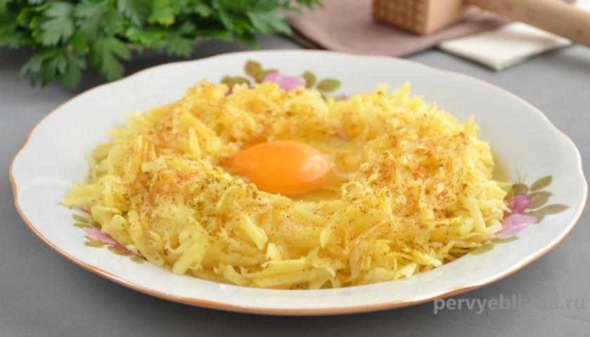 картофель с яйцом для приготовления курицы под картофельной шубой
