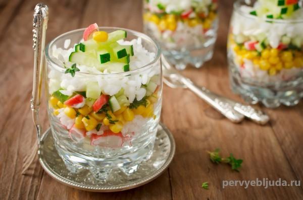 порционный салат с крабовыми палочками кукурузой и огурцом