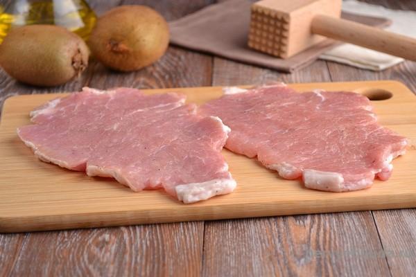 отбиваем свиные отбивные