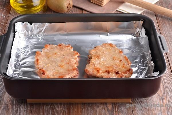 запекаем свинину под сыром