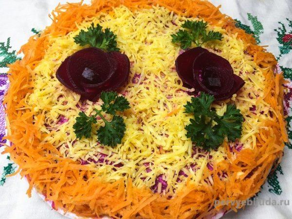 Праздничный салат из моркови и свеклы с изюмом и орехами