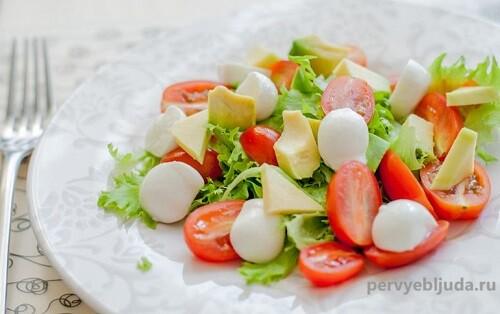 салат из авокадо и черри