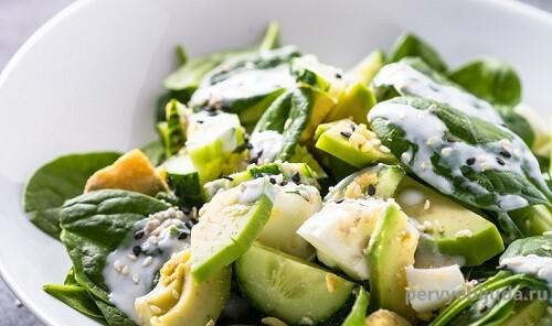 салат из авокадо и огурцов