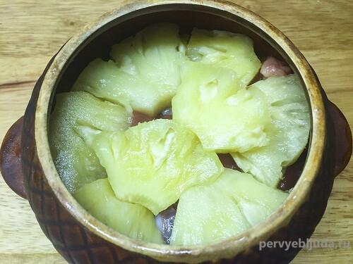 говядина с картофелем и ананасами в горшочке