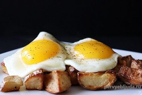 яичница с жареным картофелем