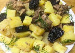 Говядина, запеченная в горшочках с картошкой, ананасом и черносливом