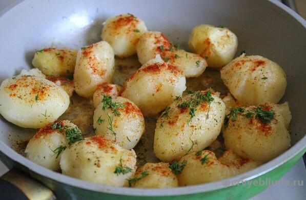 молодой отварной картофель с зеленью
