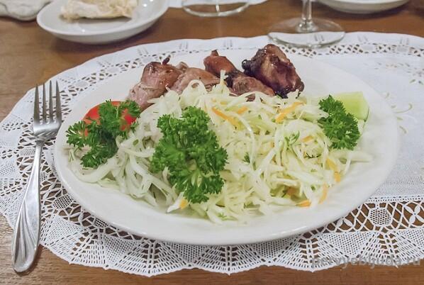 Очень вкусный салат из свежей капусты и моркови