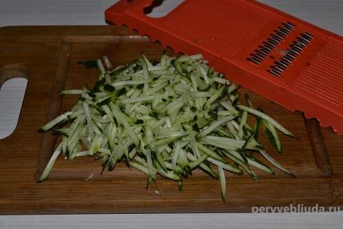 нарезанный огурец для салата
