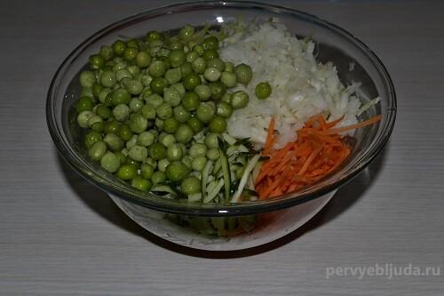 добавляем горошек к овощам