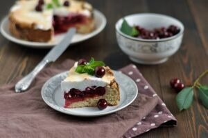 песочный пирог с вишней и безе