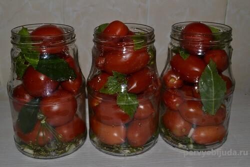 укладываем помидоры в банки