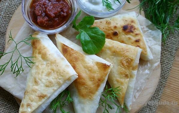 Конвертики из лаваша с сыром и колбасой: вкусно и просто!
