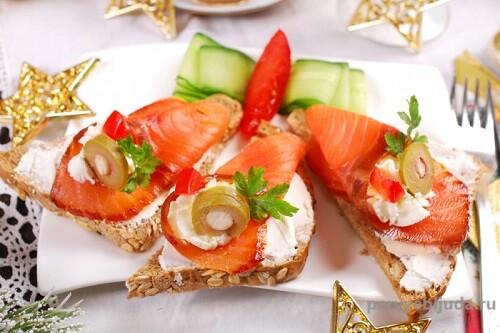 Праздничные бутерброды с лососем и маслинами
