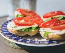 бутерброд с моцареллой и помидором