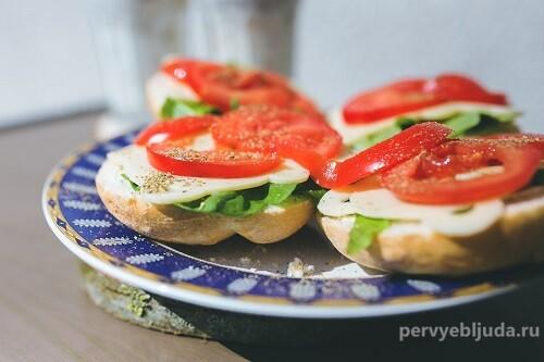 Бутерброды с моцареллой и помидором