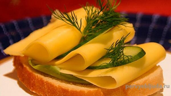 бутерброд с сыром и огурцом