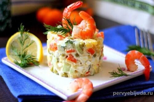 салат украшен креветками