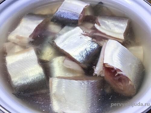 кусочки пеляди в маринаде